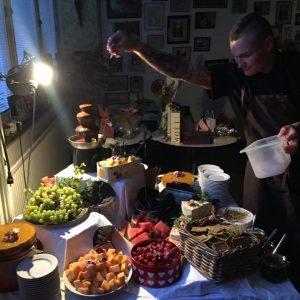 Tobias pimpar ost- och desertbuffé.