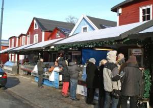 Från Hoddorna kan du köpa färsk fisk och skaldjur, se öppettider på fiskehoddorna.se