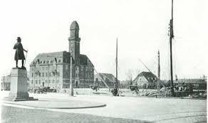 Hamnmästarbostället till höger. Tornhuset till vänster. Staty av Frans Suell i förgrunden.