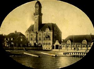 Tornhuset sedd från nuvarande Anna Lindhs Plats. Den gamla uppdragningsplatsen är för länge sedan ersatt av en modern kaj.